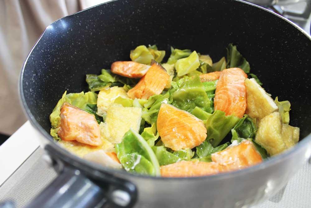 春キャベツと甘塩鮭、油揚げの蒸し煮